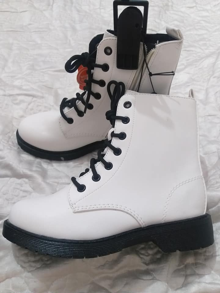 Хавар намарийн түрүүтэй цагаан гутал
