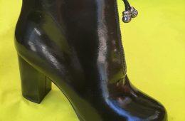 Лак нь хар өсгийтэй гутал